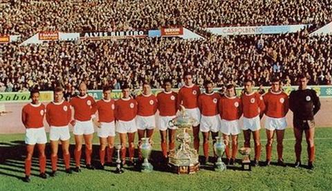 Uma equipa de sonho do Benfica nos anos 60 com nomes como Costa Pereira 259068324c219