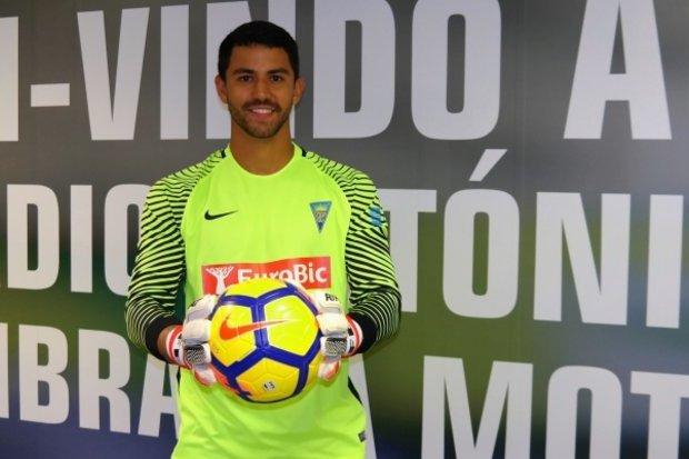 Estoril reforça baliza com guarda-redes brasileiro — Oficial