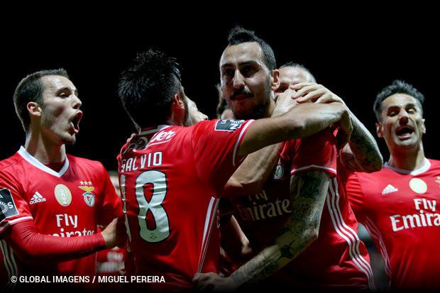 e1c3e51340 Há uma estrelinha que continua a guiar o Benfica para a liderança da Liga  NOS. Assim se pode explicar a vitória em Moreira de Cónegos. Assim ou na  eficácia