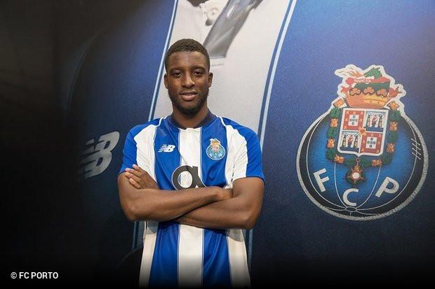 400ecc9cd5 O FC Porto oficializou a contratação do médio internacional holandês  Riechedly Bazoer. Tal como já tinha sido adiantado na passada quinta-feira