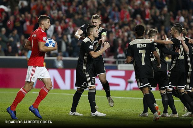 Não está fácil colocar um ponto final na série sem vitórias... É verdade  que o Benfica conquistou um ponto frente ao Ajax (1x1) na Luz bc5f3f7a28030